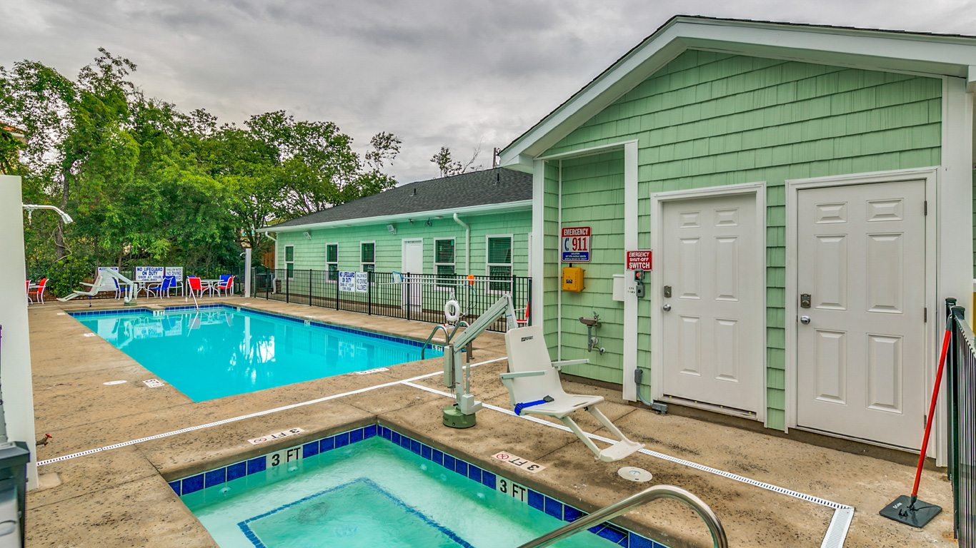 407 9th Avenue – Unit A handicapped accessible outdoor pool and hot tub.